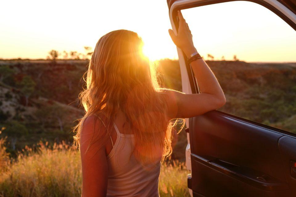 arabadan inerek manzarayı izleyen kadın