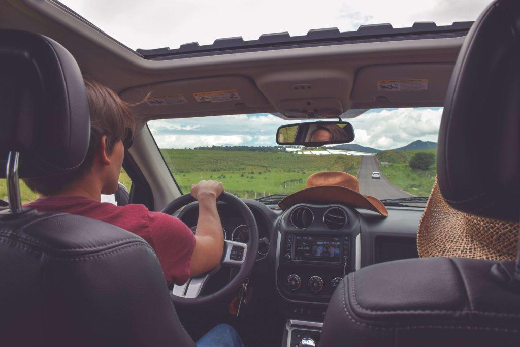 Arabayla yolculuğa çıkmış çift, bayramda keyifli bir yolculuk