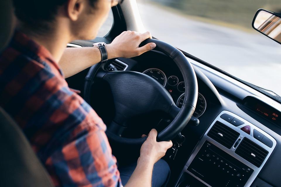 bayramda uzun yola çıkarken, sürücü, direksiyon, direksiyon tutan sürücü