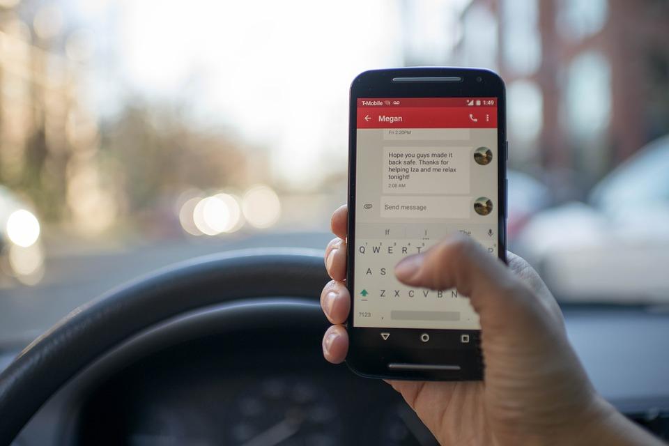 Bayramda Uzun Yola Çıkarken, arabada telefon kullanmak