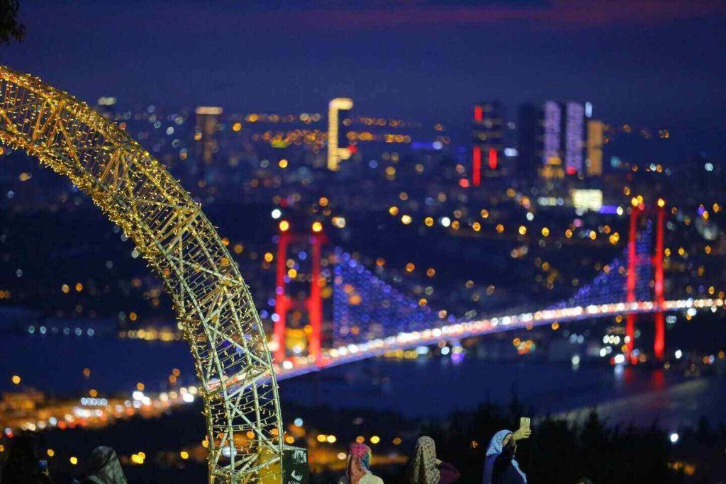 İstanbul'da Yapabileceğiniz Ücretsiz Aktiviteler, Boğaziçi Köprüsü Işıkları İstanbul gecesinde parlıyor