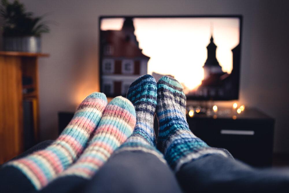 Amazon Prime En İyi Diziler, evde film ve dizi izleyen çift